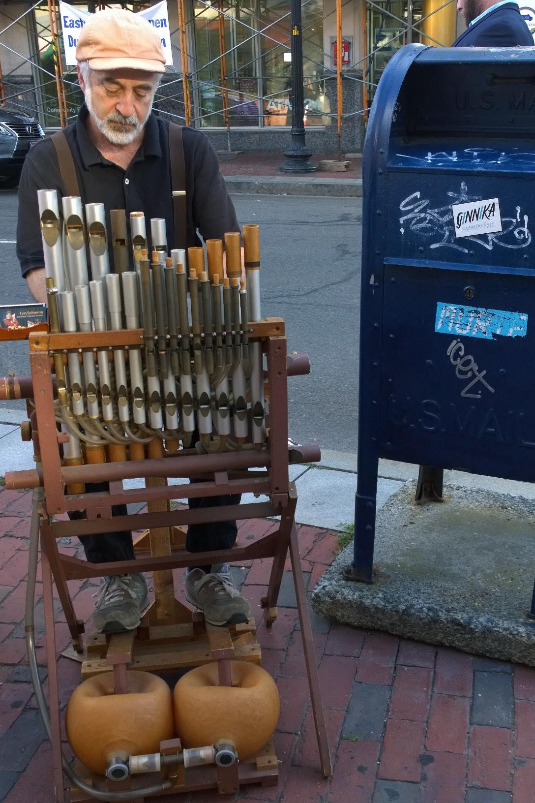 081816-inventor-plays-music-Harvard-Square