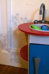 121917-child-kitchen-and-shadows