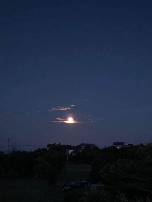 082618-full-moon-morning