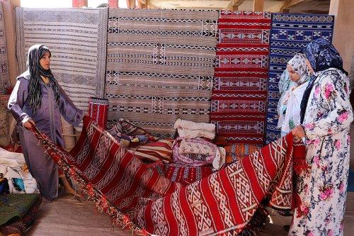 102320moroccan_women_carpet_market